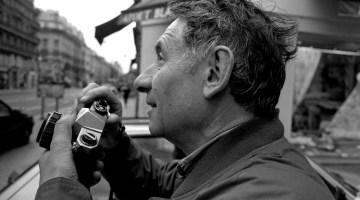 Parigi 1997, Mario Dondero con la sua Reflex analogica. Foto di Livio Senigalliesi.