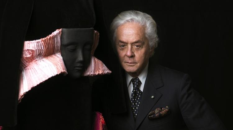 """Roberto Capucci con l'abito """"Spire"""", 2009. Ph. Fiorenzo Niccoli"""