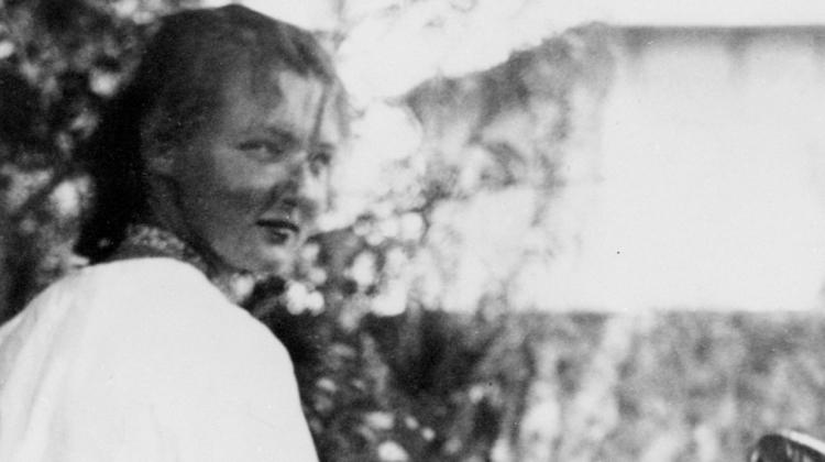 Charlotte Salomon che dipinge in giardino a Villefranche-sur-Mer, 1939 circa (dettaglio) -   Collection Jewish Historical Museum, Amsterdam © Charlotte Salomon Foundation Charlotte Salomon®