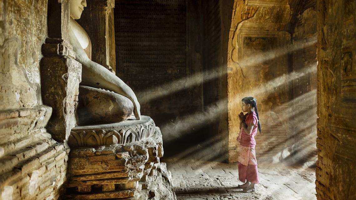 Myanmar, preghiera in un tempio di Bagan - © Stefano Pensotti