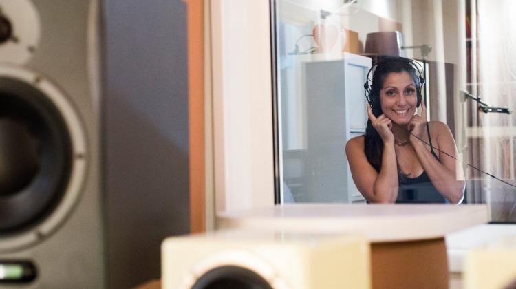 In studio, la cantautrice e autrice Sharon Selene