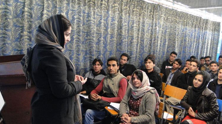 Fariba Pajooh mentre insegna Giornalismo in una delle università di Kabul, in Afghanistan, nell'inverno 2015. © Fariba Pajooh