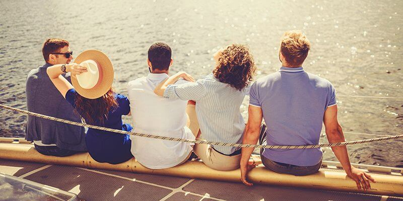 happy-friends-resting-on-a-yacht-PHTGCU7-800x400