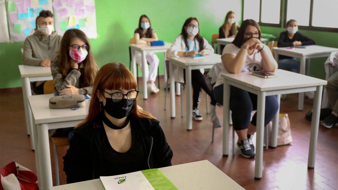 Studenti in aula con mascherina