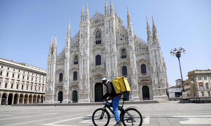 Coronavirus: a Milano quasi tutti con volto coperto